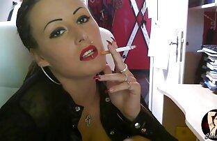 یک زن جوان دوربین مخفی سکس سکس قزاق ارگاسم چندین بار در یک چت تصویری و ادرار برای خودش