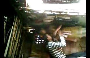 کوچک دوربین های مخفی سکسی دختر با موهای بلند از روستا بمکد خروس او را در ایوان در حالی که مادر او به خانه می آید از محل کار